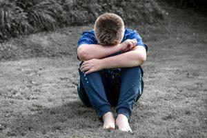 smutný chlapec